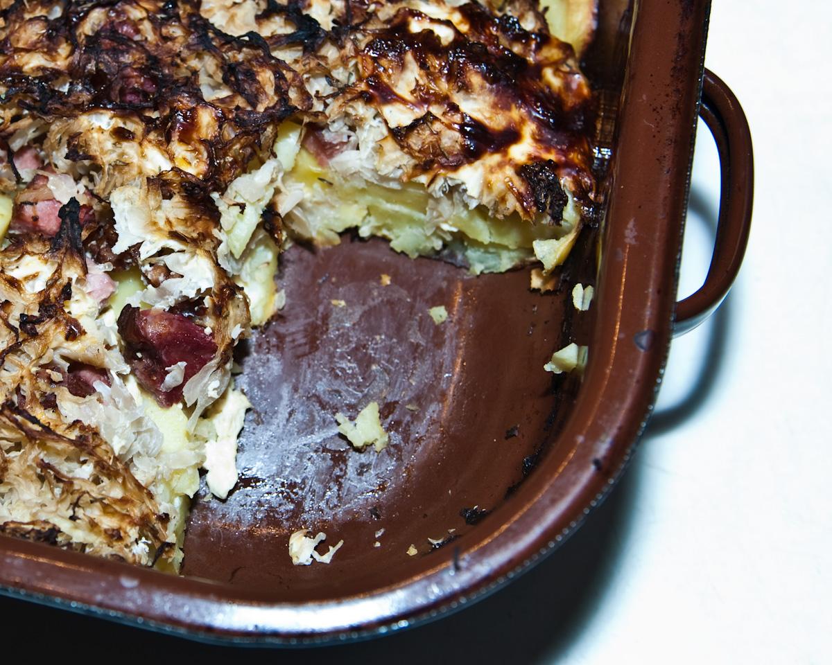 Fotografie receptu: Zapečené brambory s uzeným, zelím a slaninou