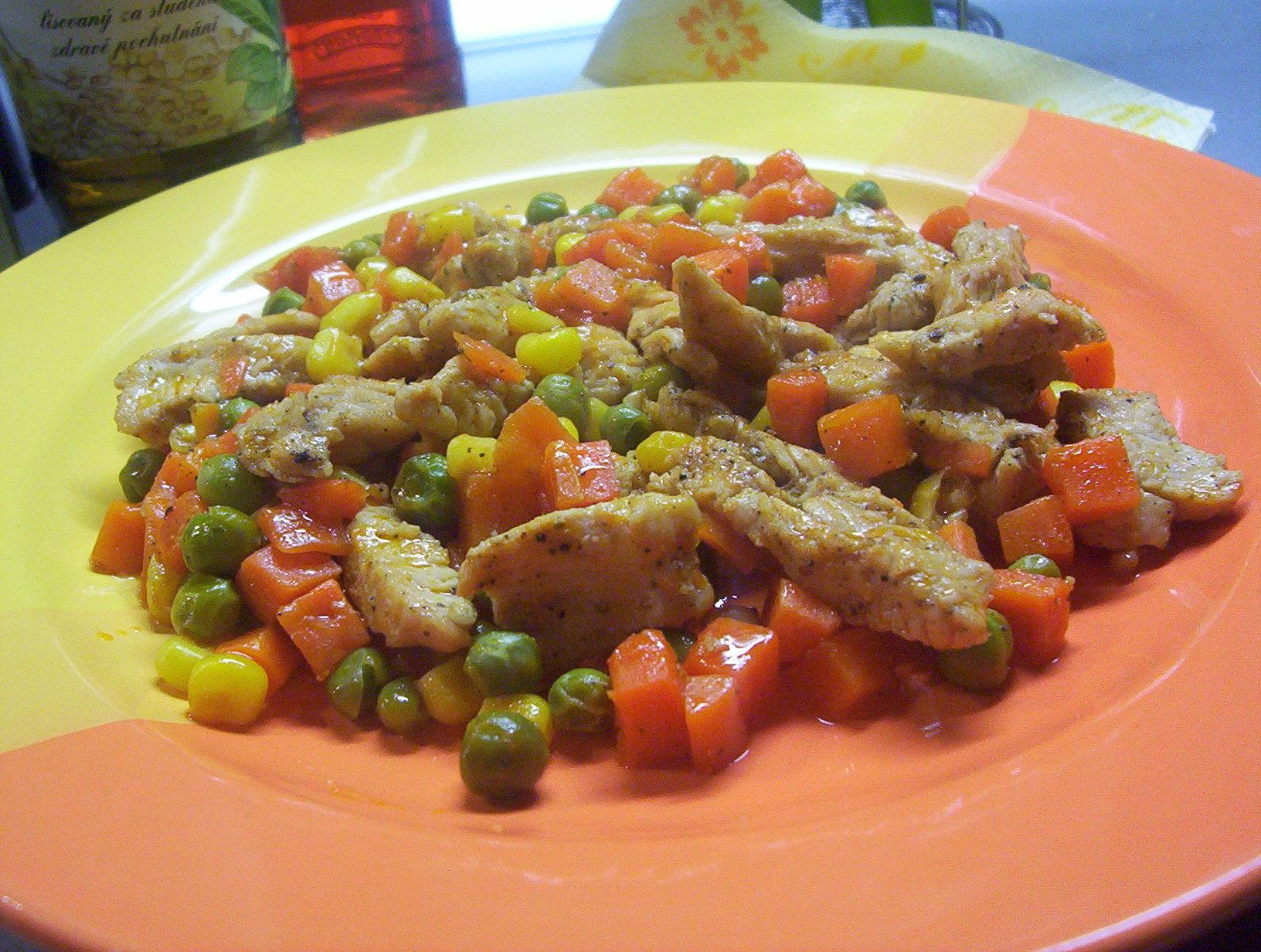 Krůtí nudličky na zelenině