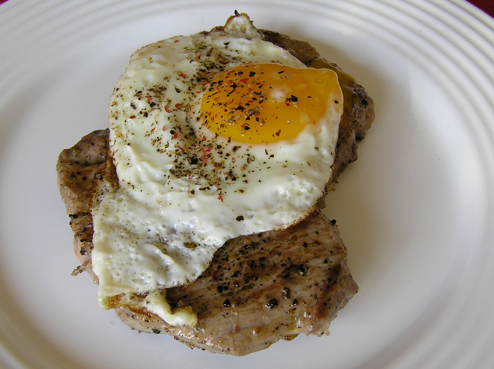 Vepřový steak s vejcem