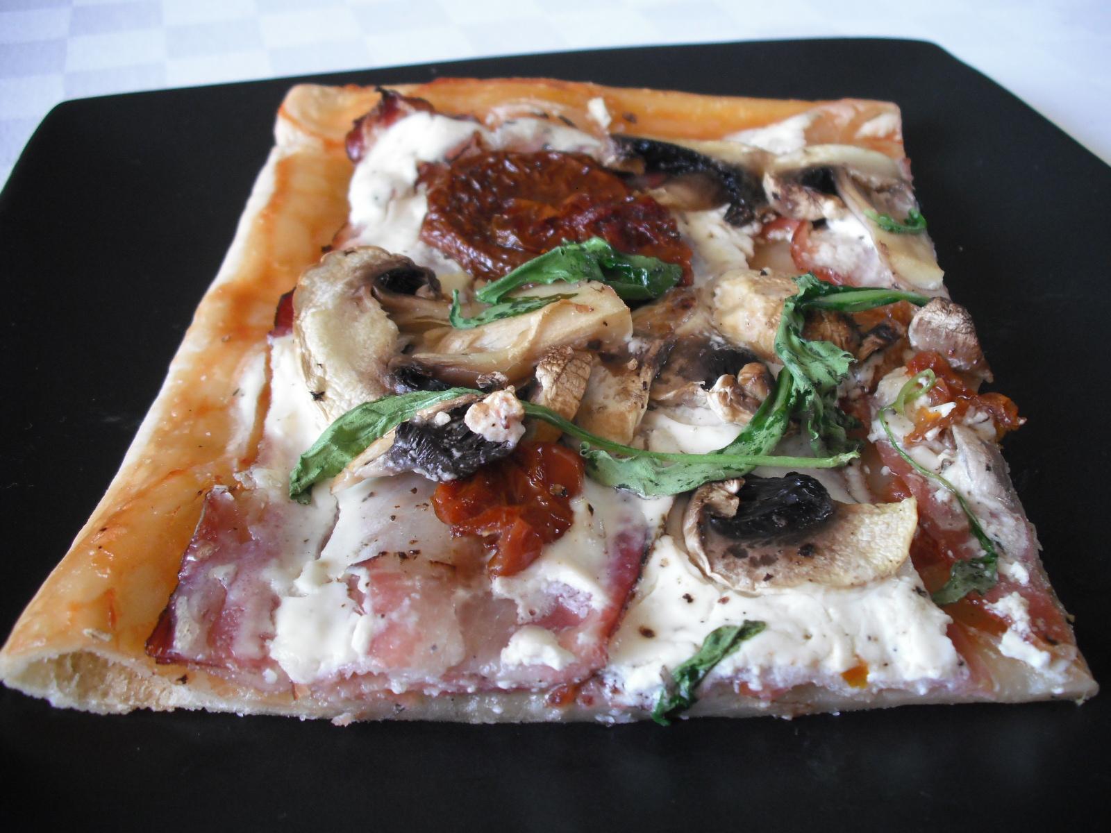 Smetanová pizza se žampiony