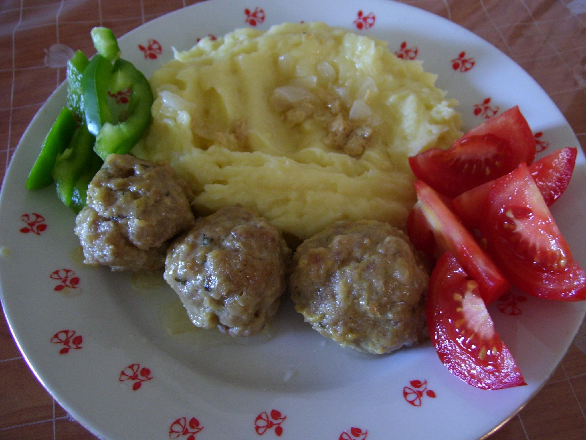 Masové kuličky se sýrem a bramborovou kaší
