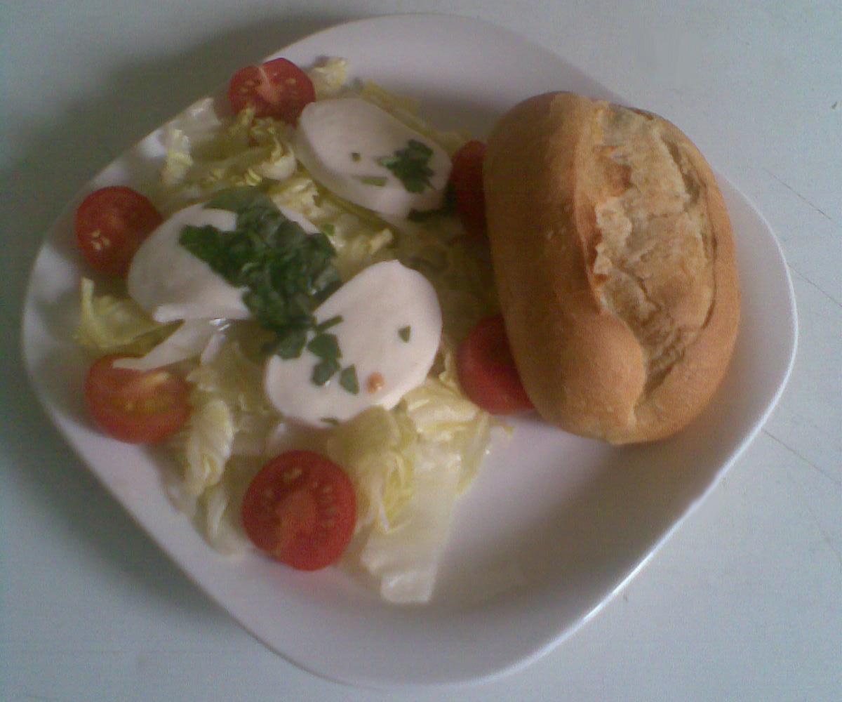 Fotografie receptu: Ledový salát s mozzarelou a cherry rajčátky