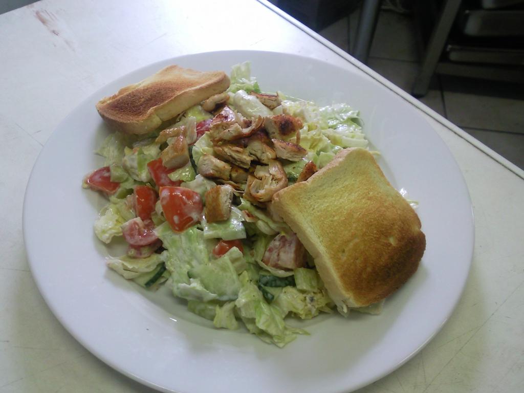 Zeleninový salát s kuřecím masem a zákyskou