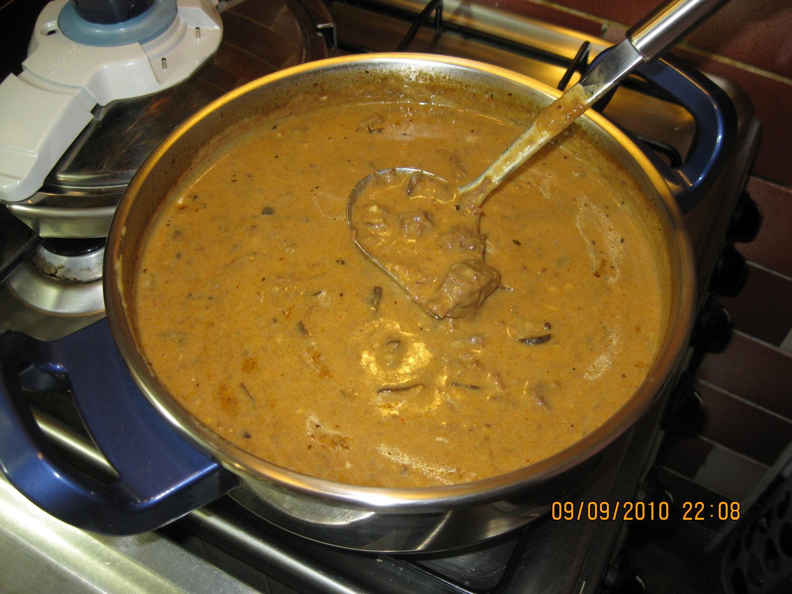 Fotografie receptu: Koňský guláš s houbami na smetaně