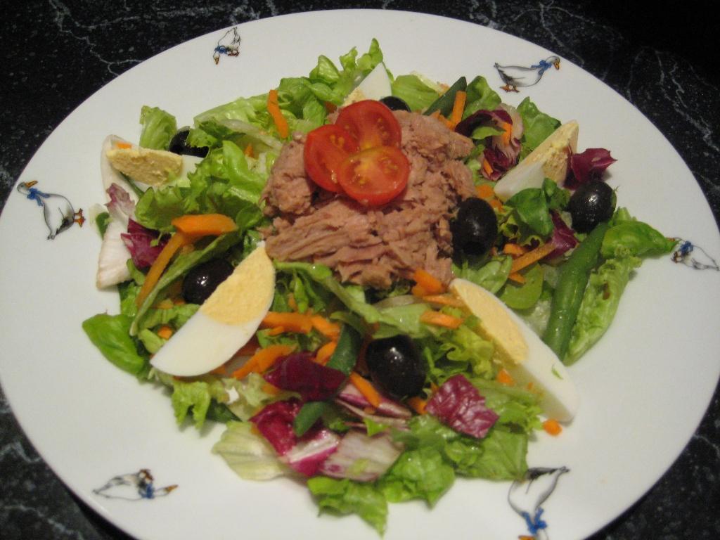 Zeleninový salát s tuňákem a vejcem