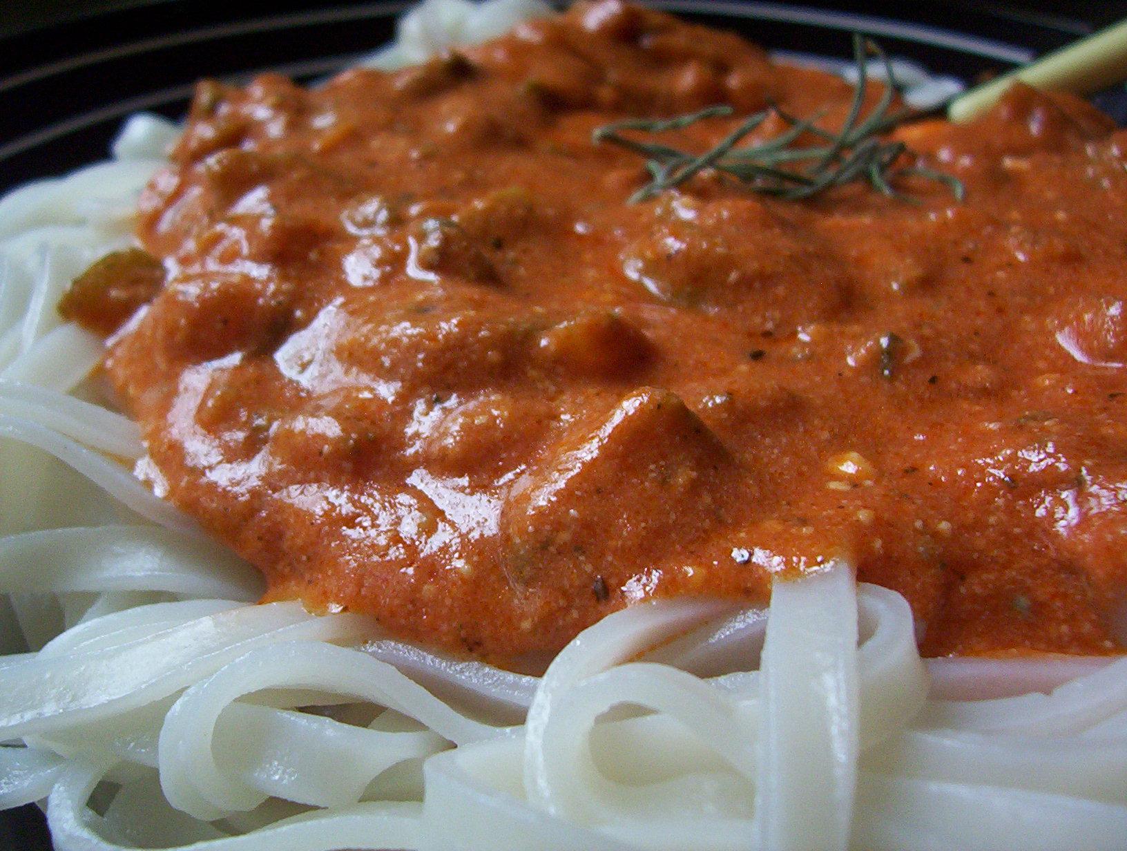 Rýžové nudle s rajčatovou omáčkou