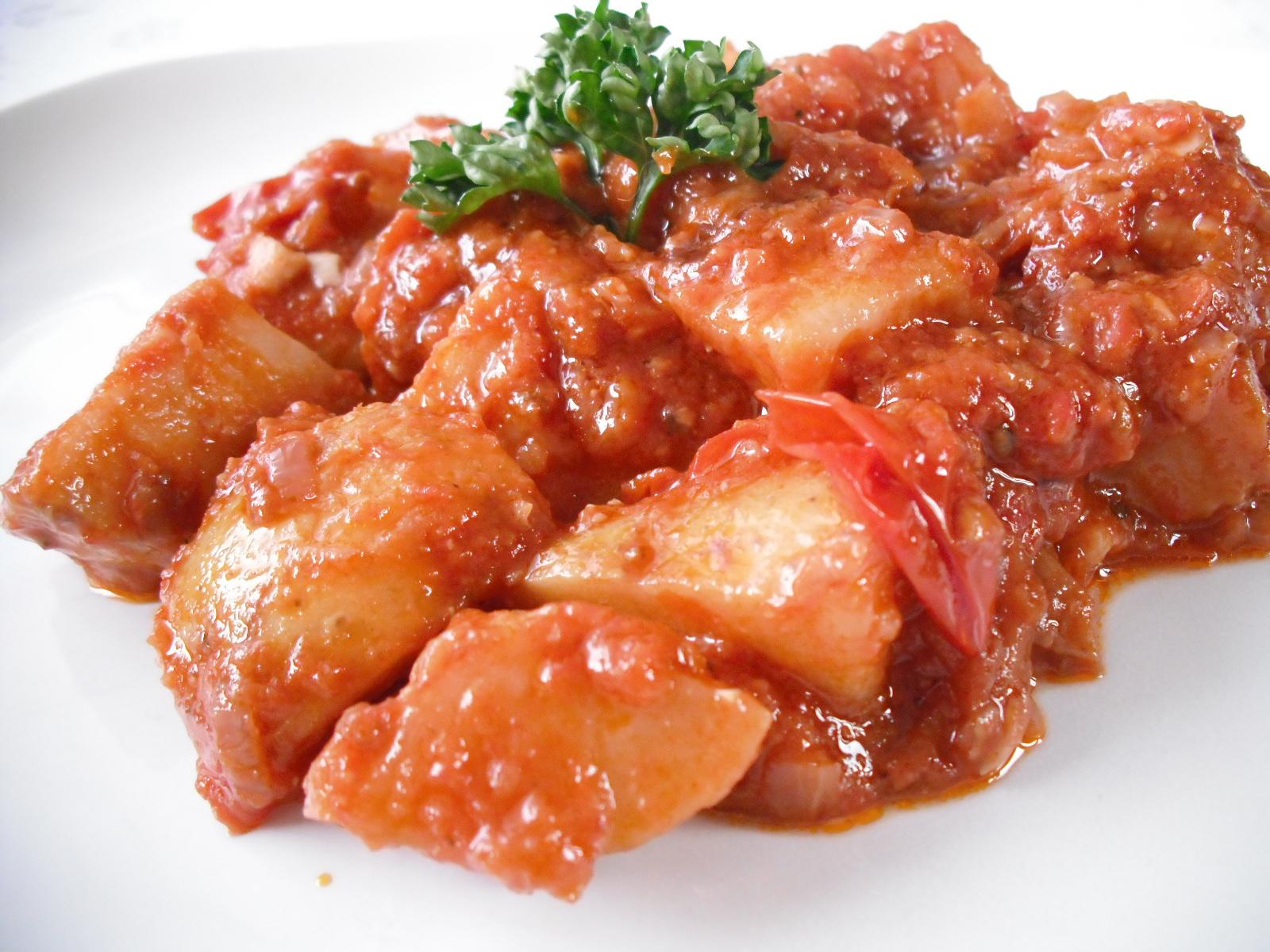 Pikantní brambory v rajčatech