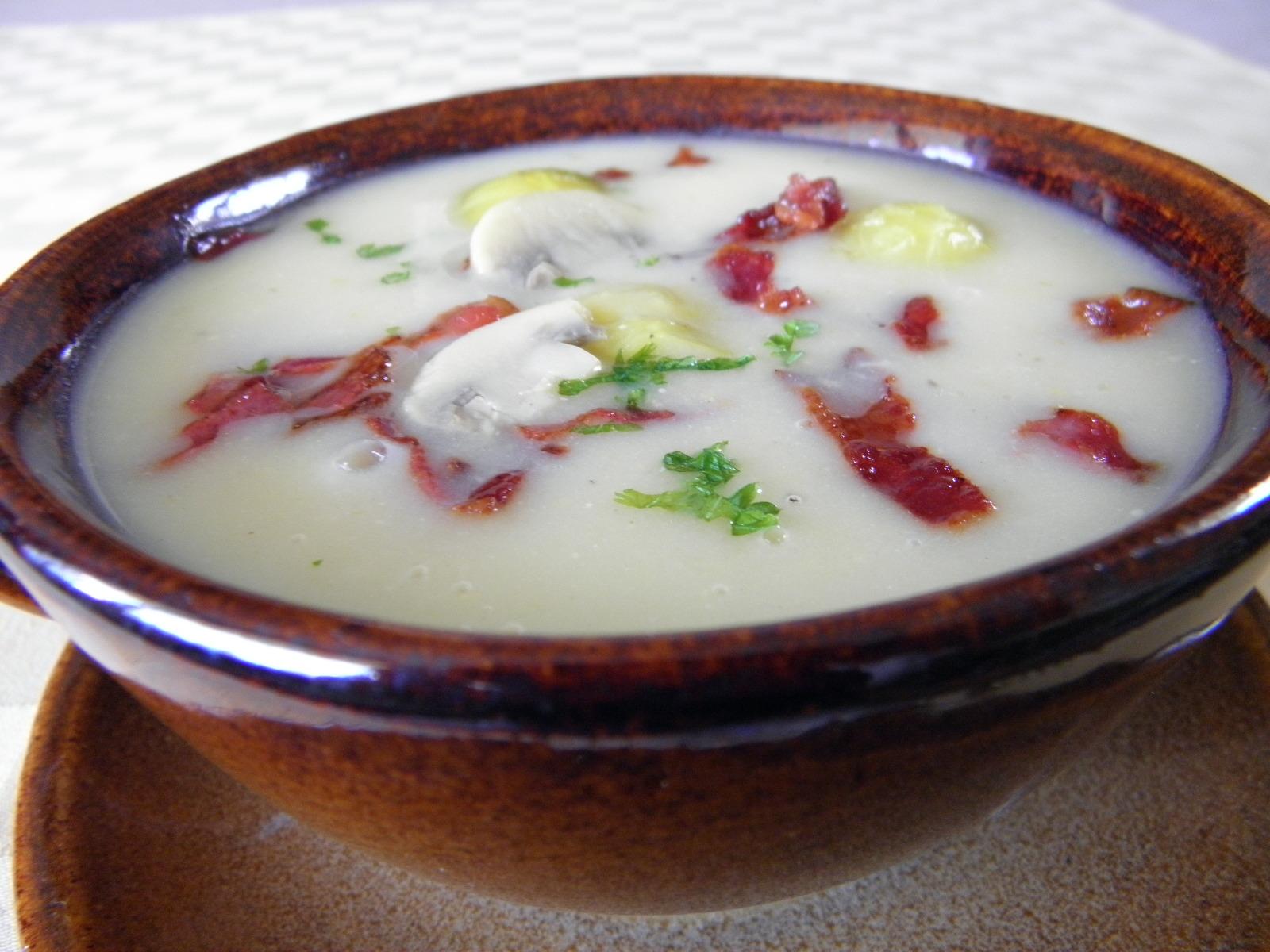 Polévka z růžičkové kapusty se slaninou