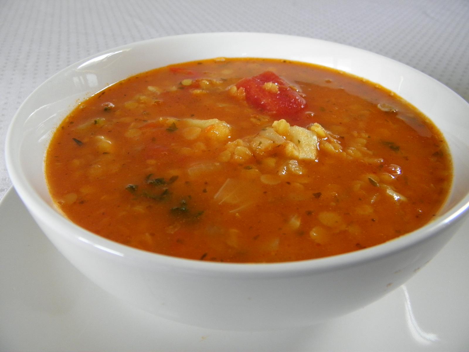 Pikantní červená polévka s čočkou