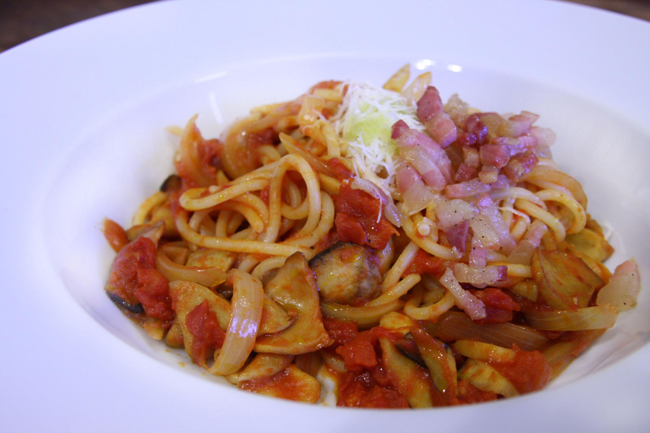 Špagety s rajčaty a hlívou královskou