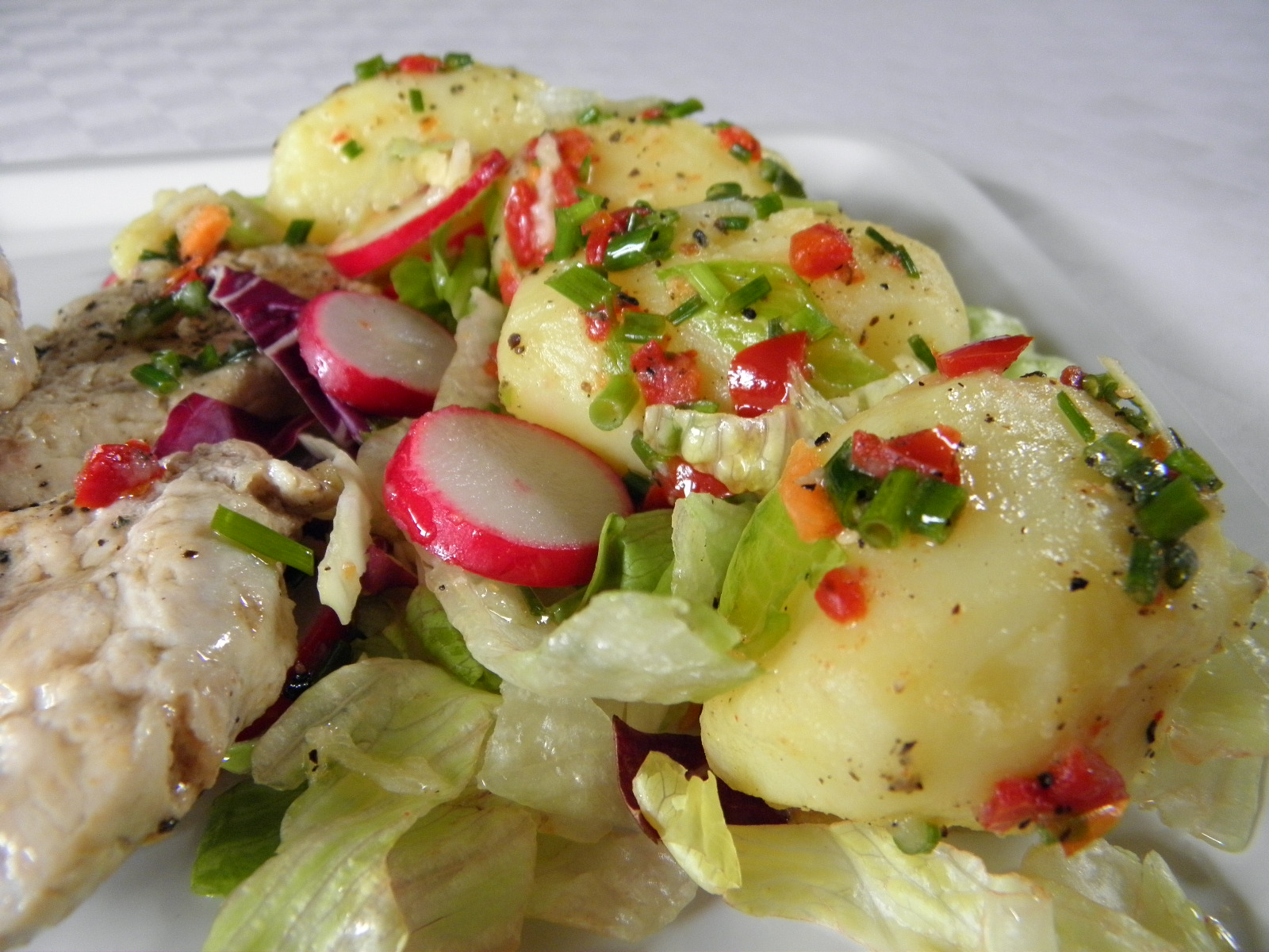 Teplý salát z nových brambor