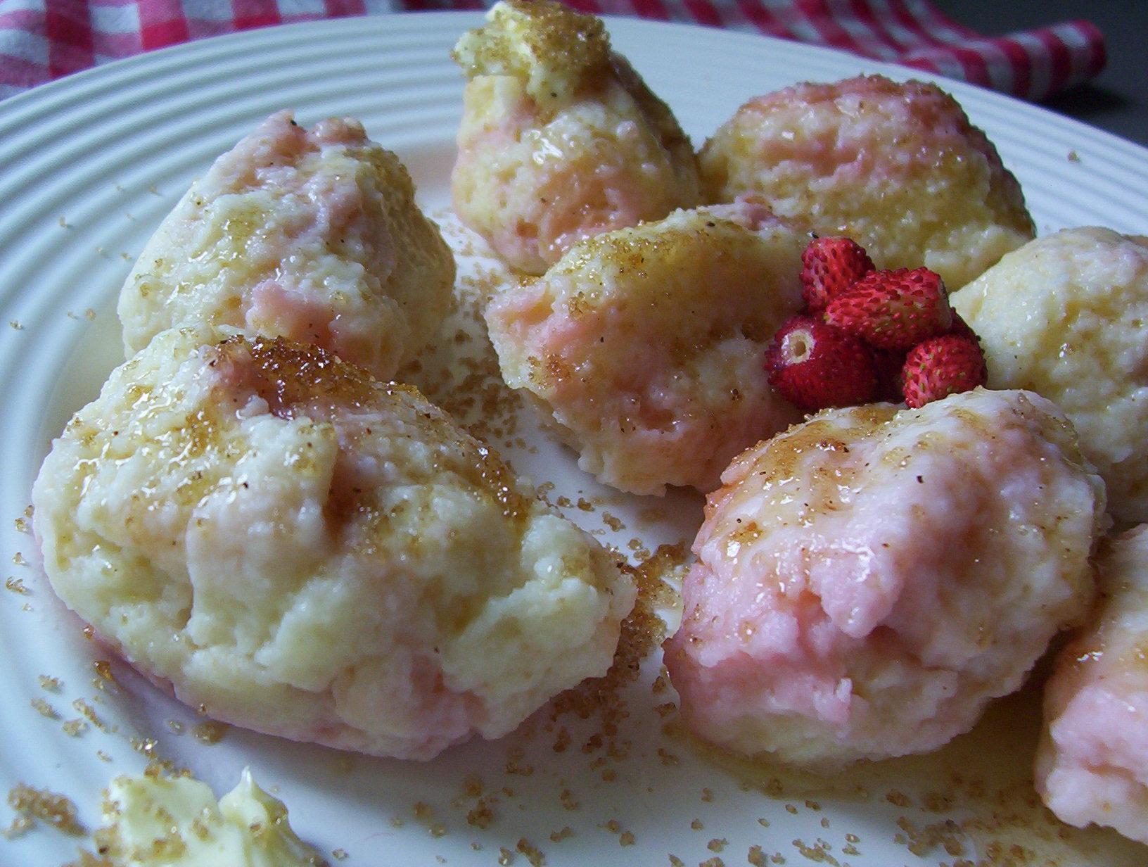 Tvarohové jahodové knedlíky