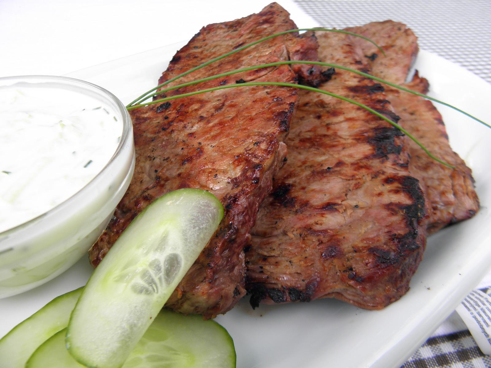 Fotografie receptu: Roštěná na grilu s okurkovým dipem