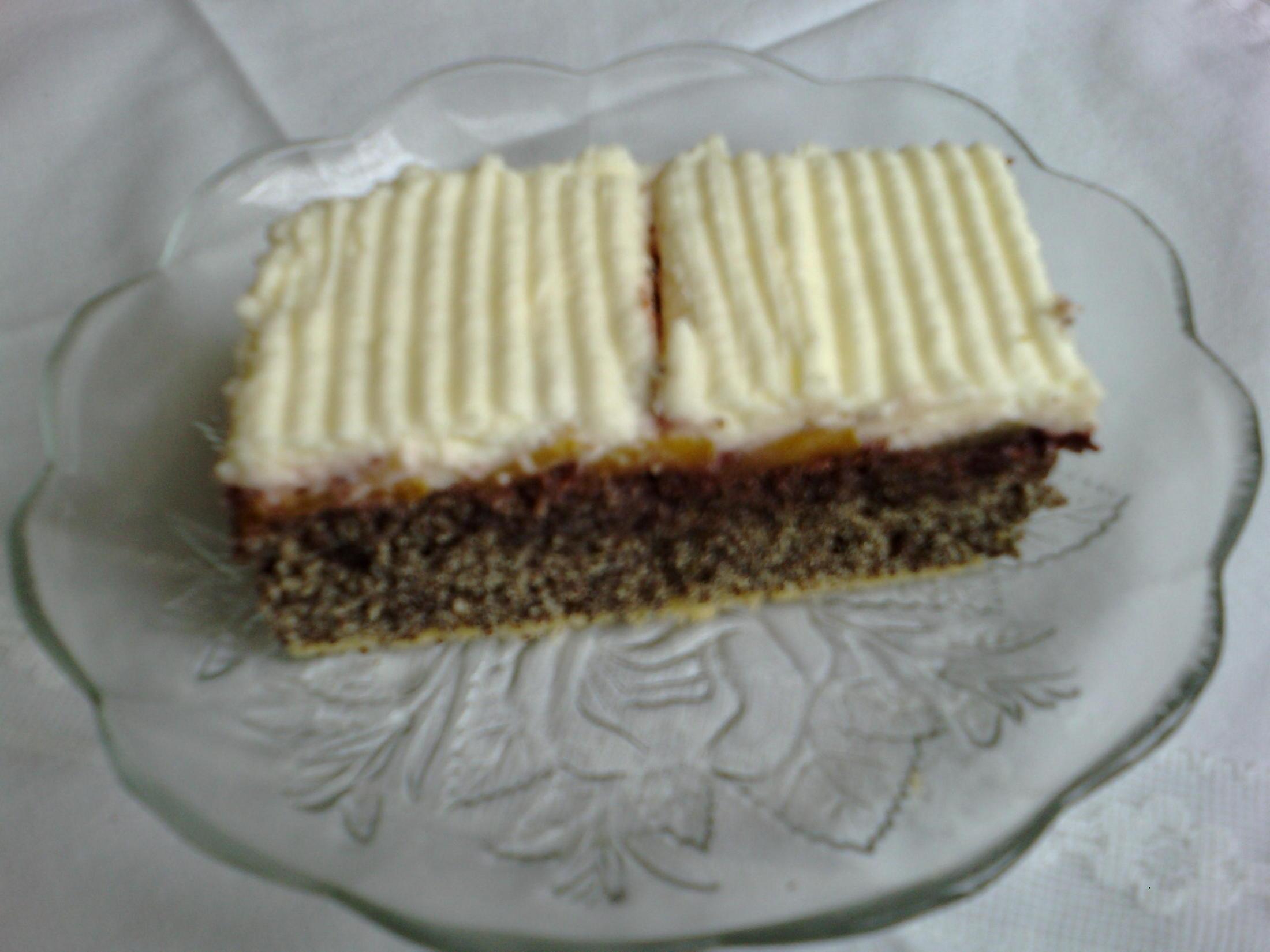 Fotografie receptu: Makové řezy s krémem a broskvemi