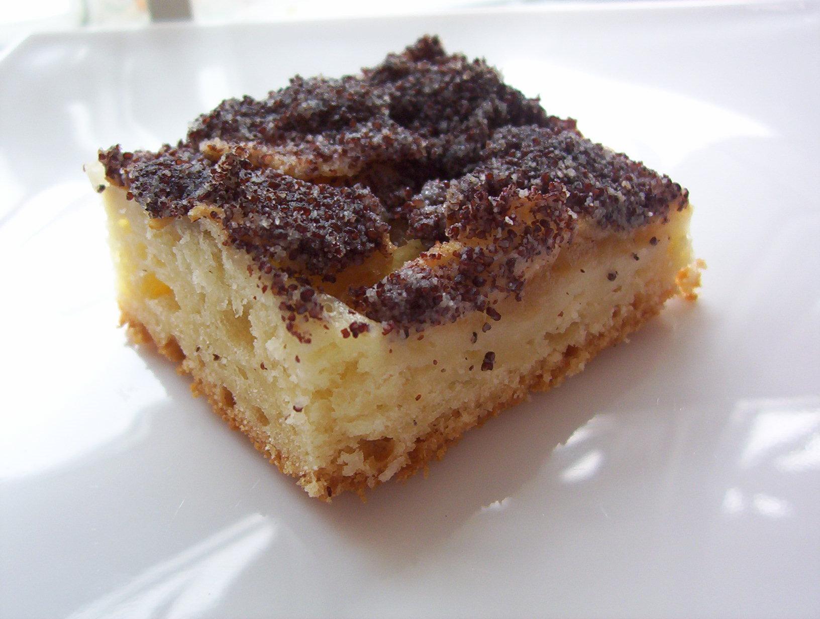 Jablkový kynutý koláč s mákem