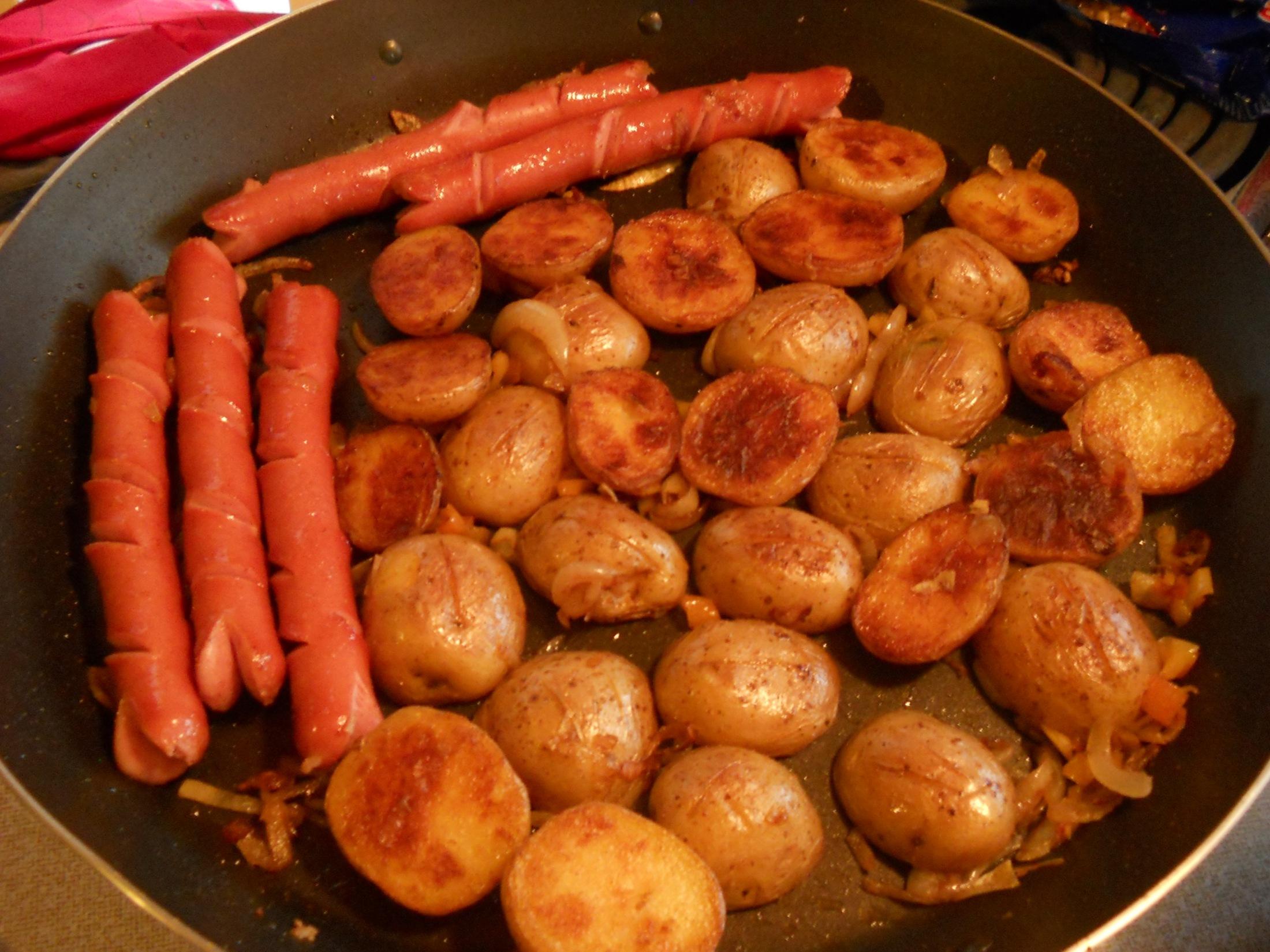 Brambory pečené v grilu s párkem