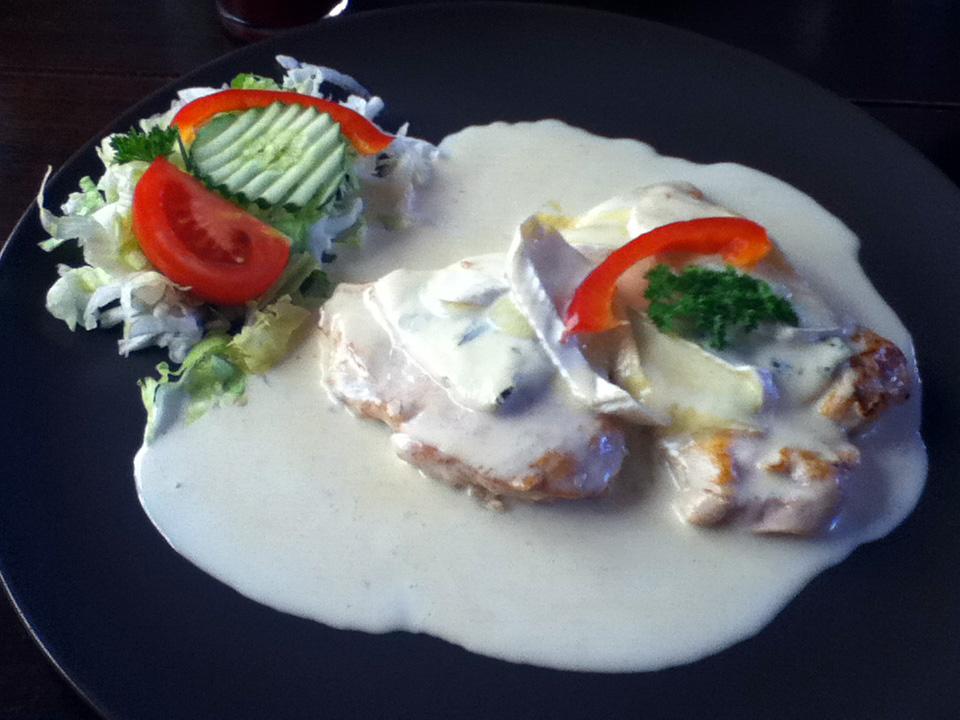 Fotografie receptu: Kuřecí steak s hermelínem a nivou na smetaně