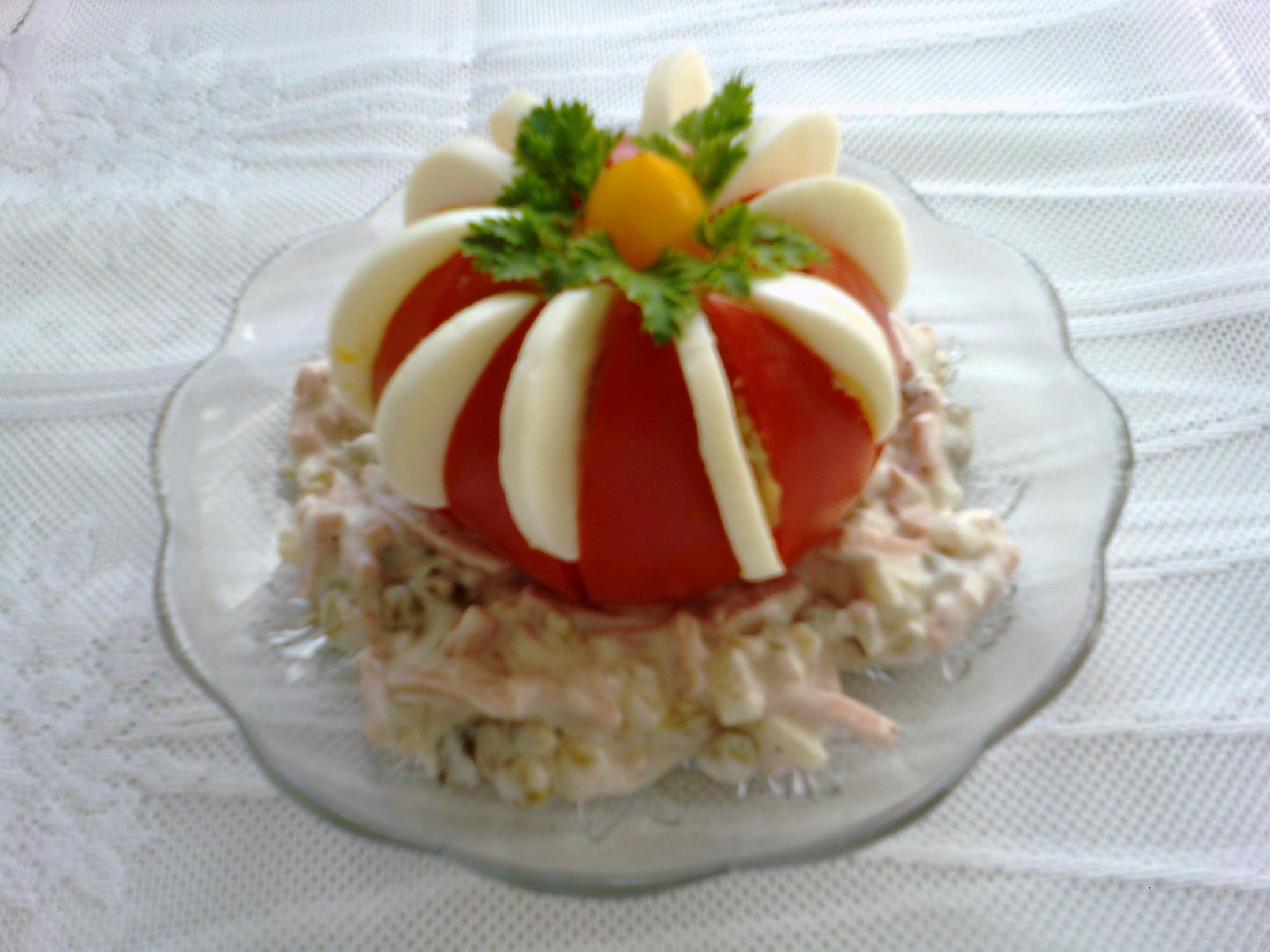 Rajče s vejcem a pařížským salátem
