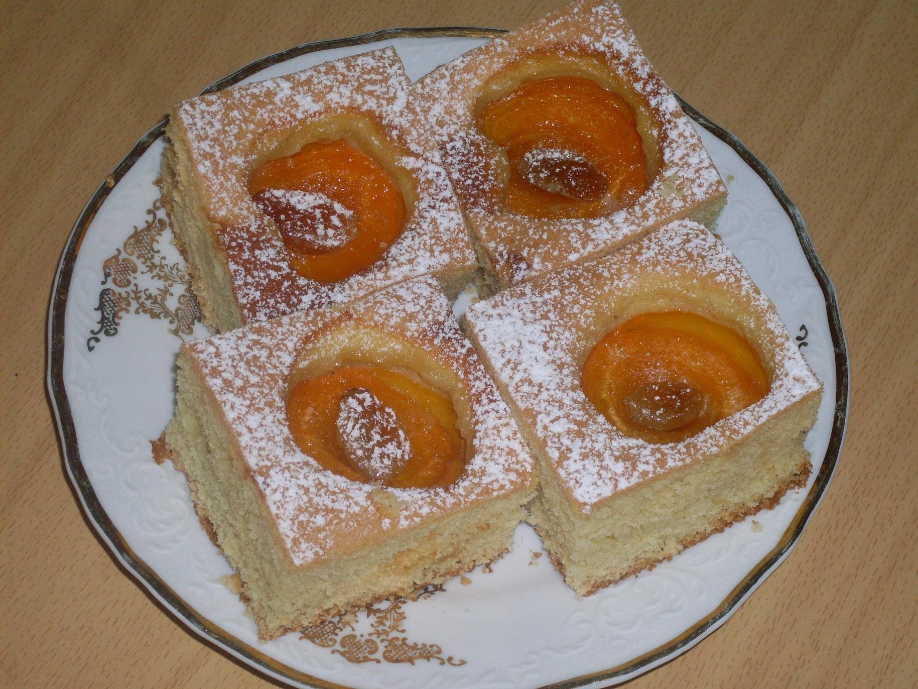Fotografie receptu: Koláč s meruňkami a medovými rozinkami
