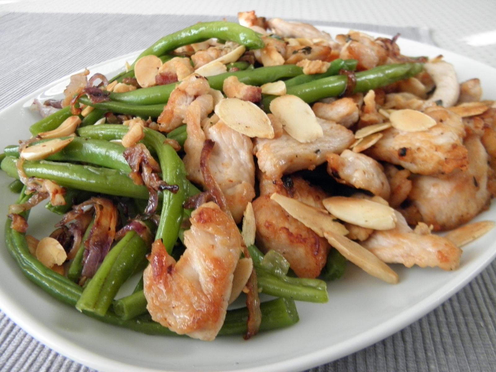Fotografie receptu: Krůtí kousky s fazolovými lusky a mandlemi