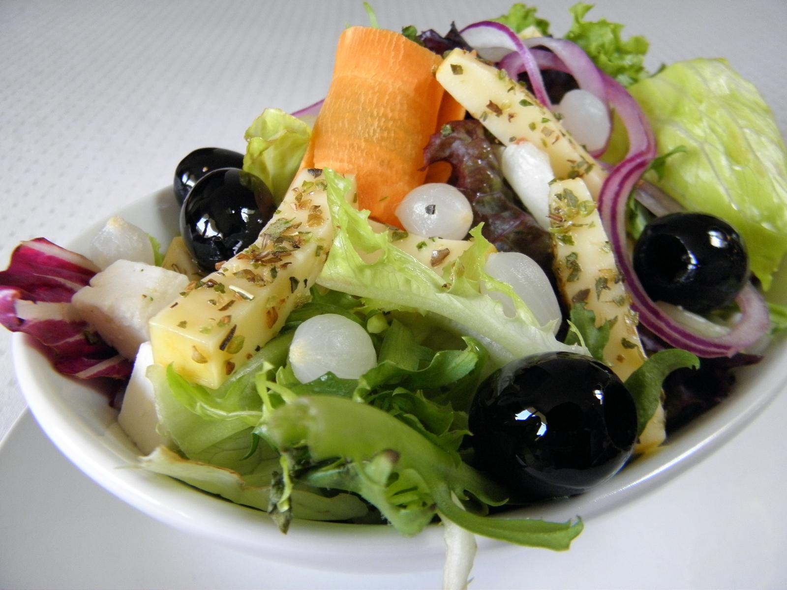Domácí salát s marinovaným sýrem