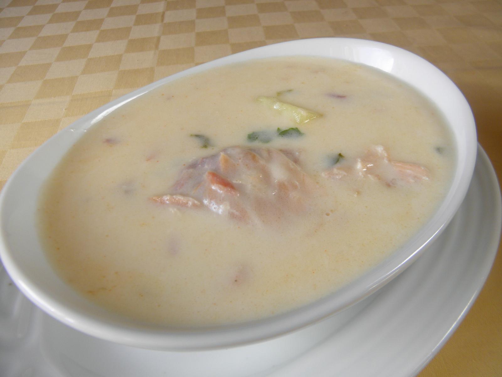 Bílá polévka s uzeným lososem