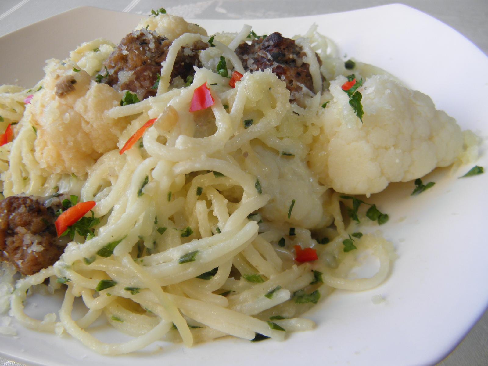 Fotografie receptu: Špagety s květákem a masovými koulemi