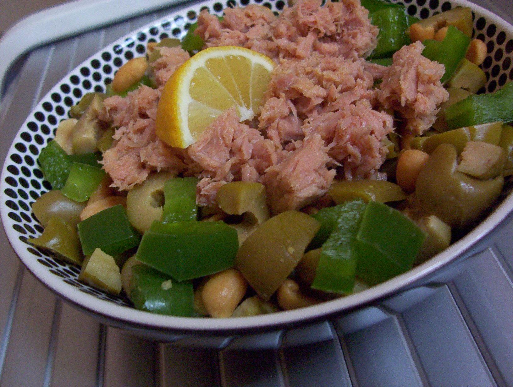 Tuňákový salát s arašídy