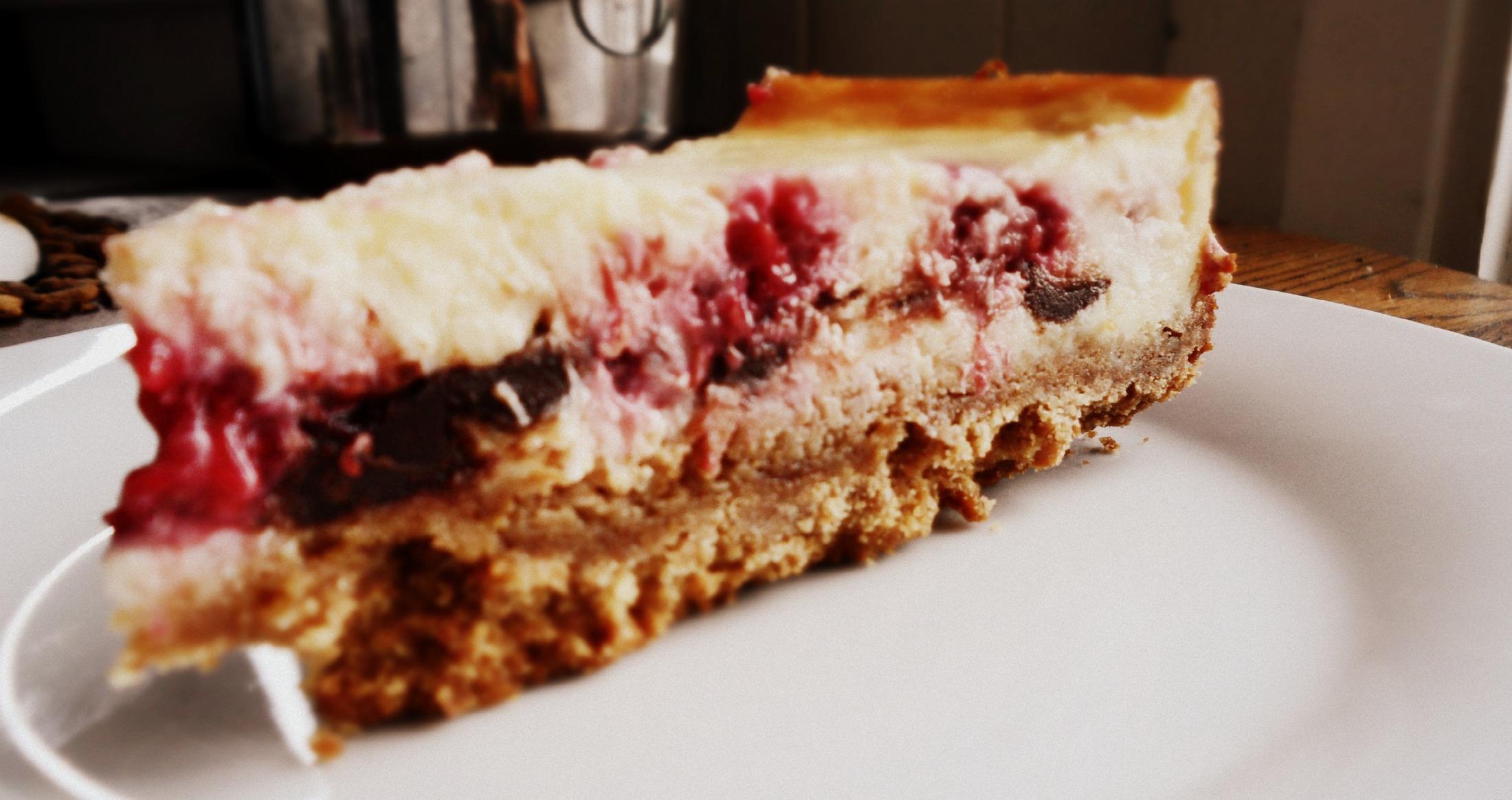 Fotografie receptu: Čokoládovo-mléčný cheesecake s malinami