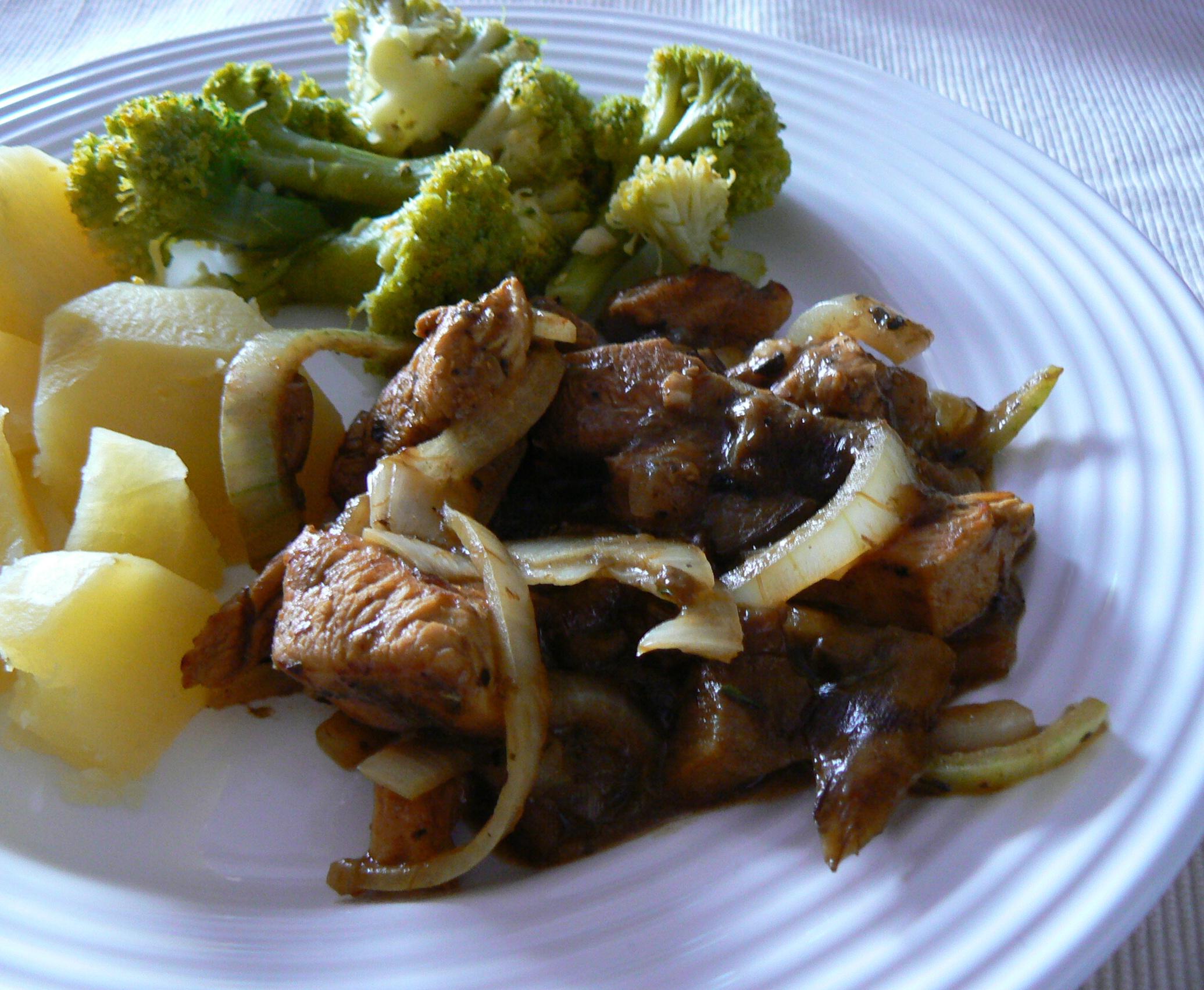 Fotografie receptu: Kuřecí kousky na houbách s brokolicí