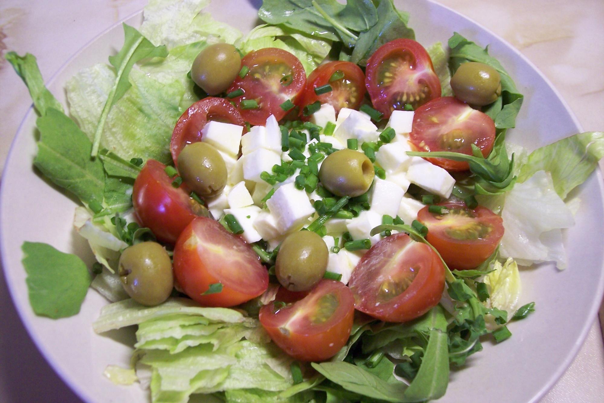 Salát s mozzarellou a pažitkovou zálivkou