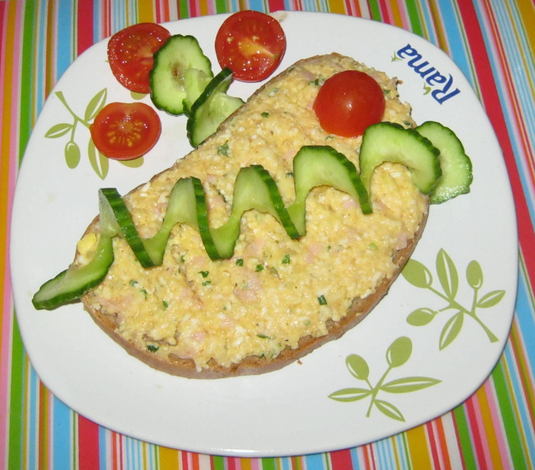 Fotografie receptu: Tvarůžková pomazánka s vejci a šunkou