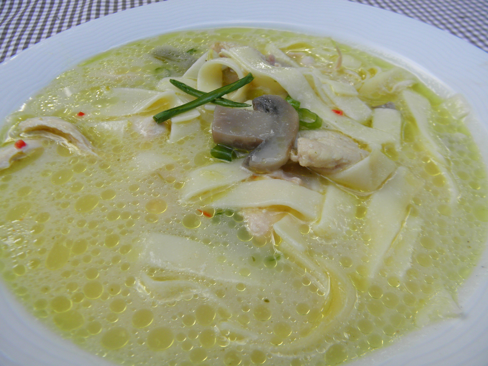 Pikantní kuřecí polévka na zázvoru s houbami