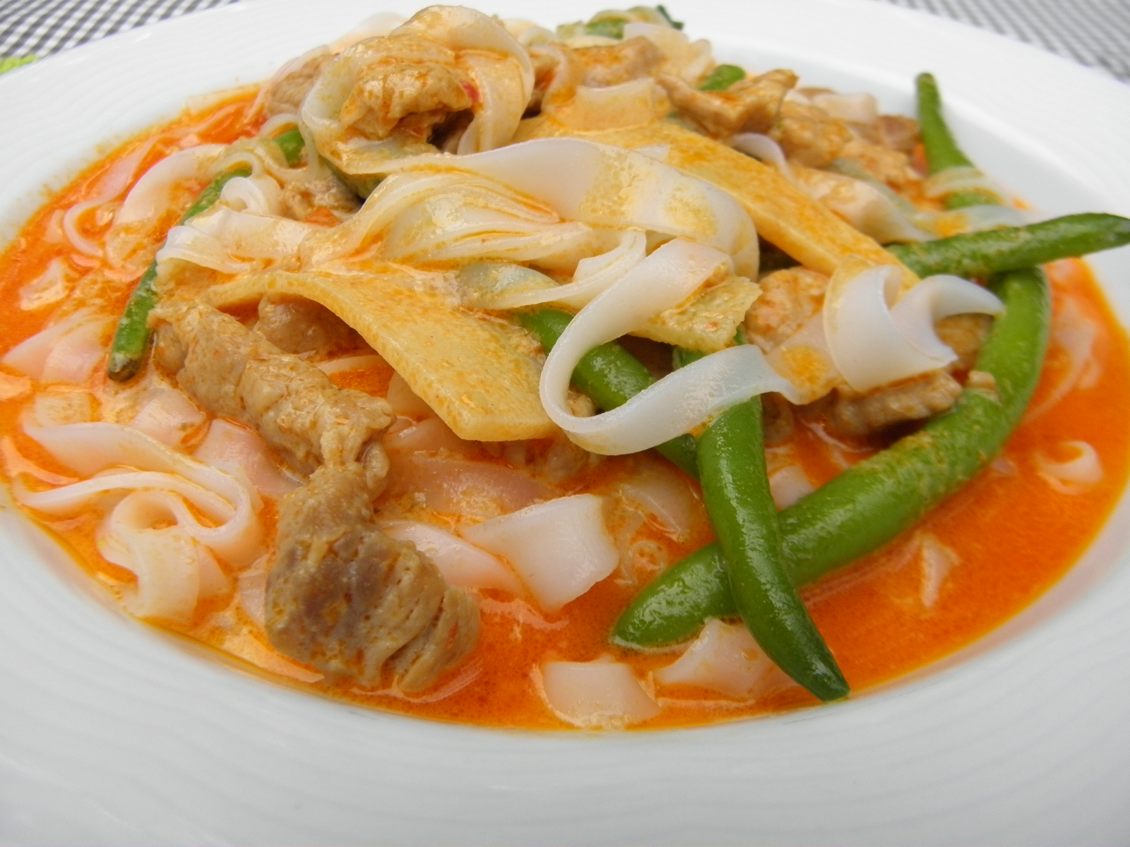 Fotografie receptu: Vepřové kousky s fazolkami na thajském kari