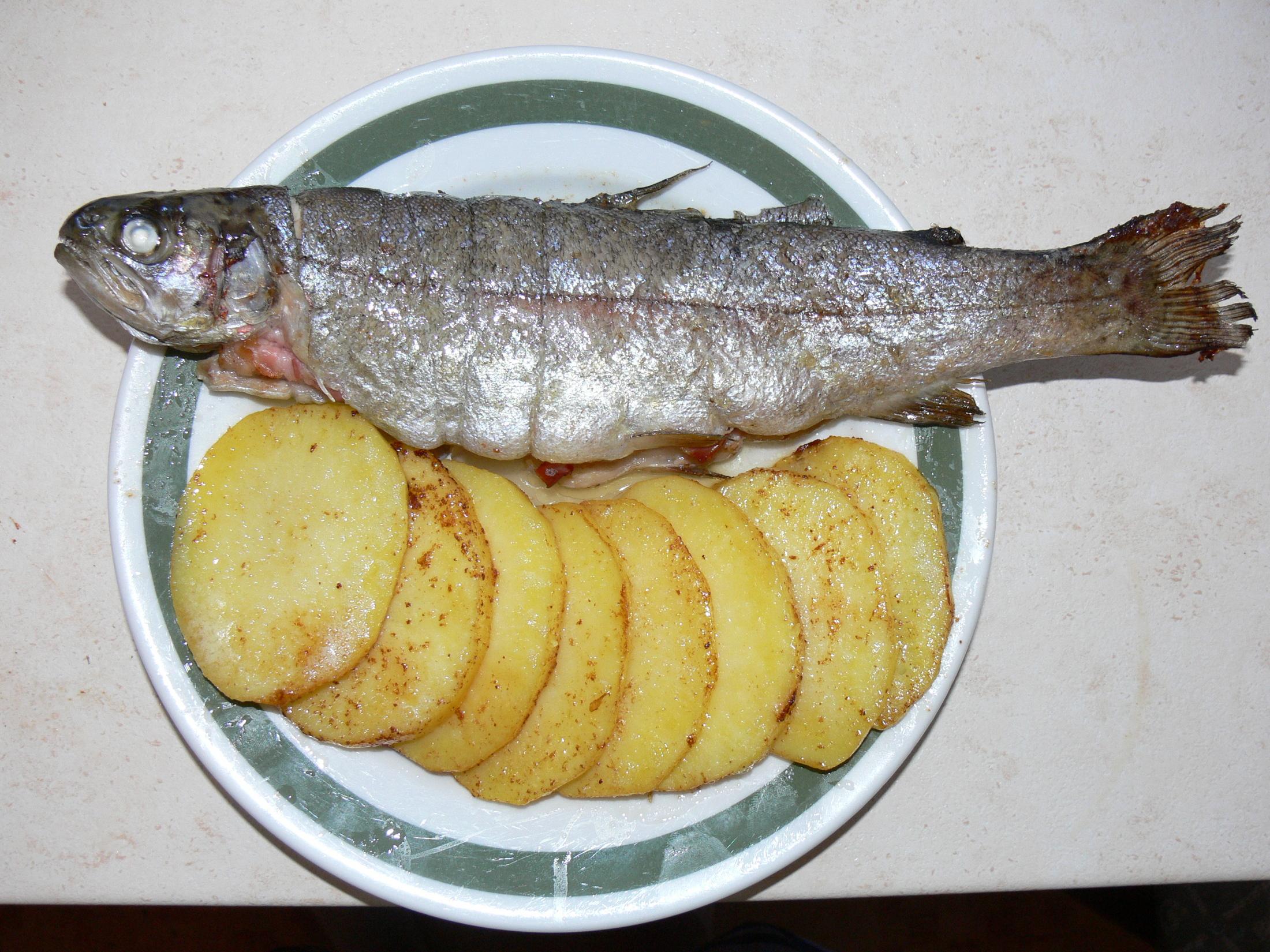 Pstruh na másle se slaninou a bramborem