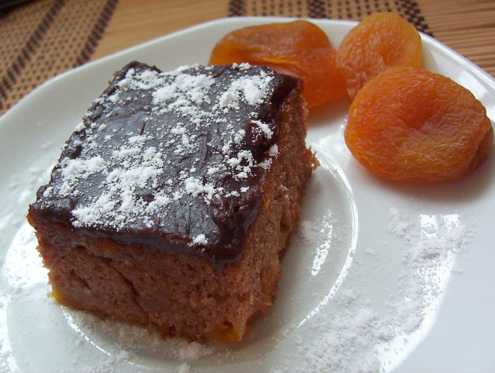 Kakaový koláč s meruňkami
