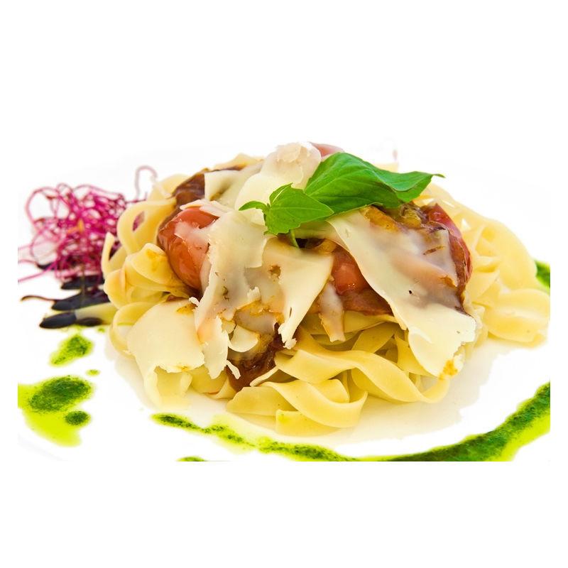 Fotografie receptu: Těstoviny s rajčatovou omáčkou a sýrem