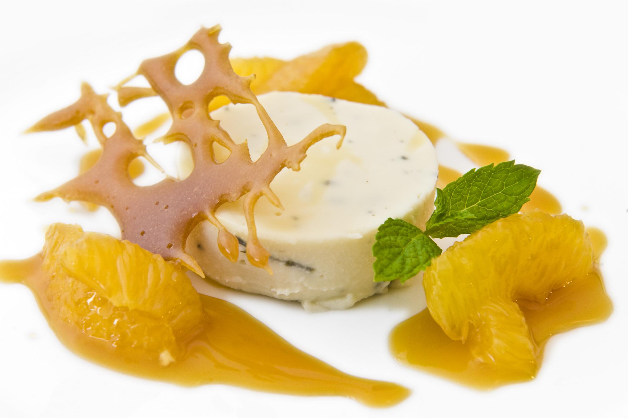 Jasmínová panna cotta s redukcí z pomerančů zdobená křupavým karamelem