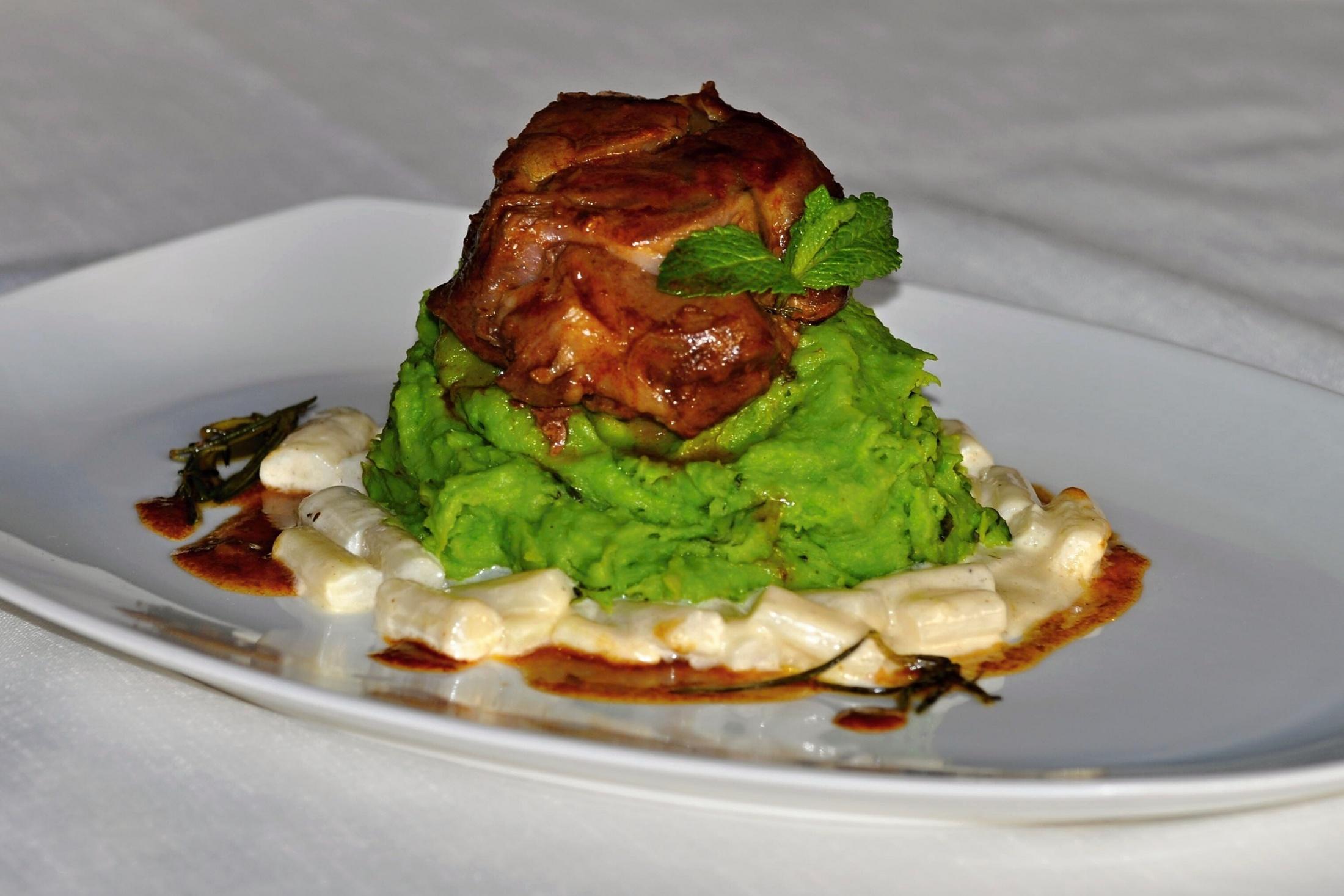 Fotografie receptu: Jehněčí konfit z kolínka s ragú z bílého chřestu a hráškovým pyré s mátou
