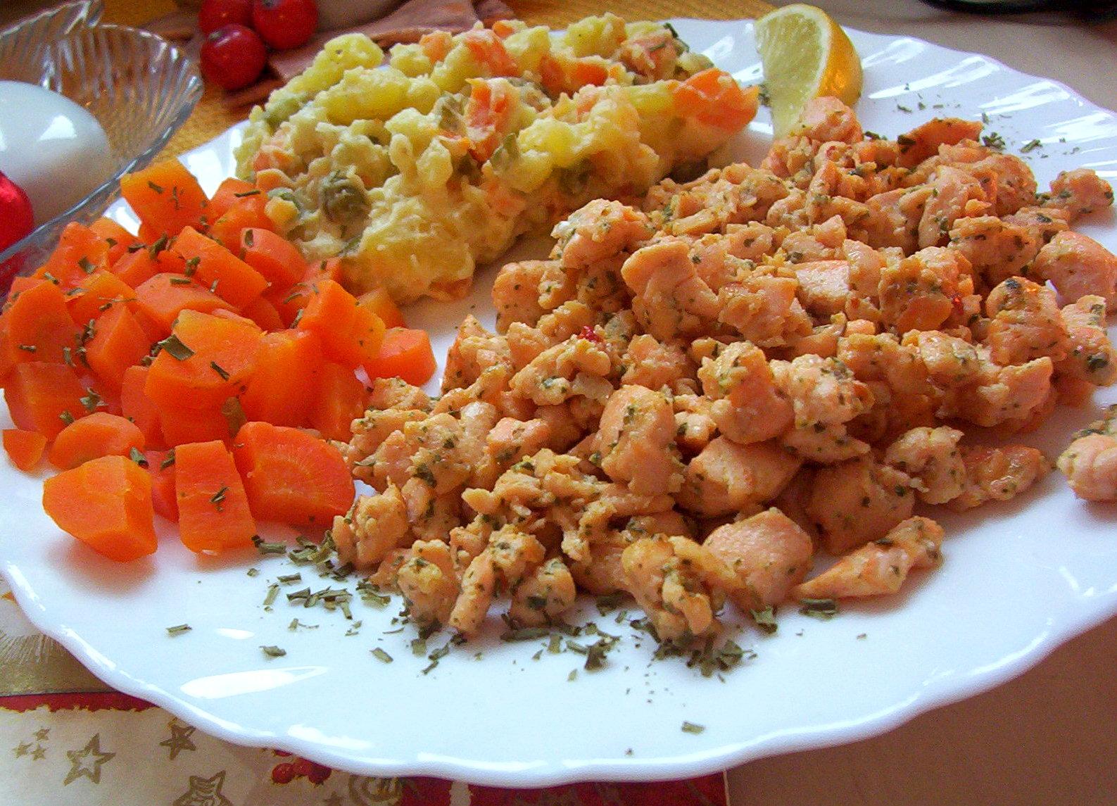 Fotografie receptu: Pikantní lososové nudličky s bramborovým salátem