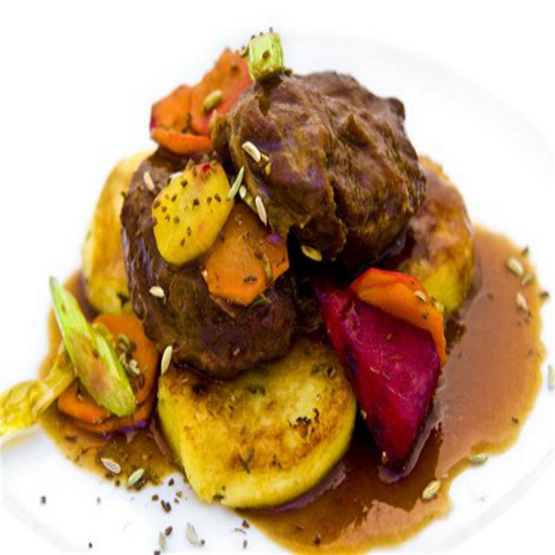 Fotografie receptu: Vepřová líčka na zázvoru s bramborovými placičkami a pečenou zeleninou