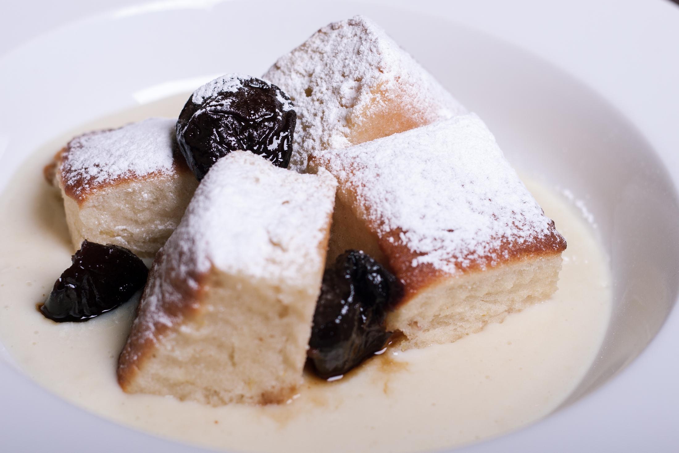 Fotografie receptu: Domácí buchtičky s vanilkovým krémem a marinovanými švestkami v rumu