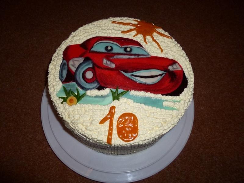 Dětský piškotový dort s autíčkem z mléčné hmoty