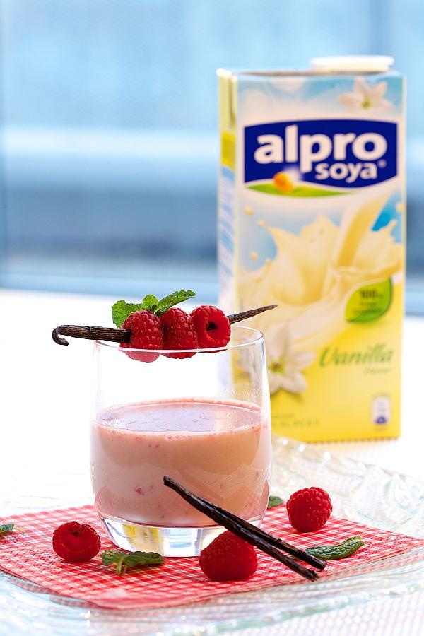 Vanilkový koktejl s malinovým špízem