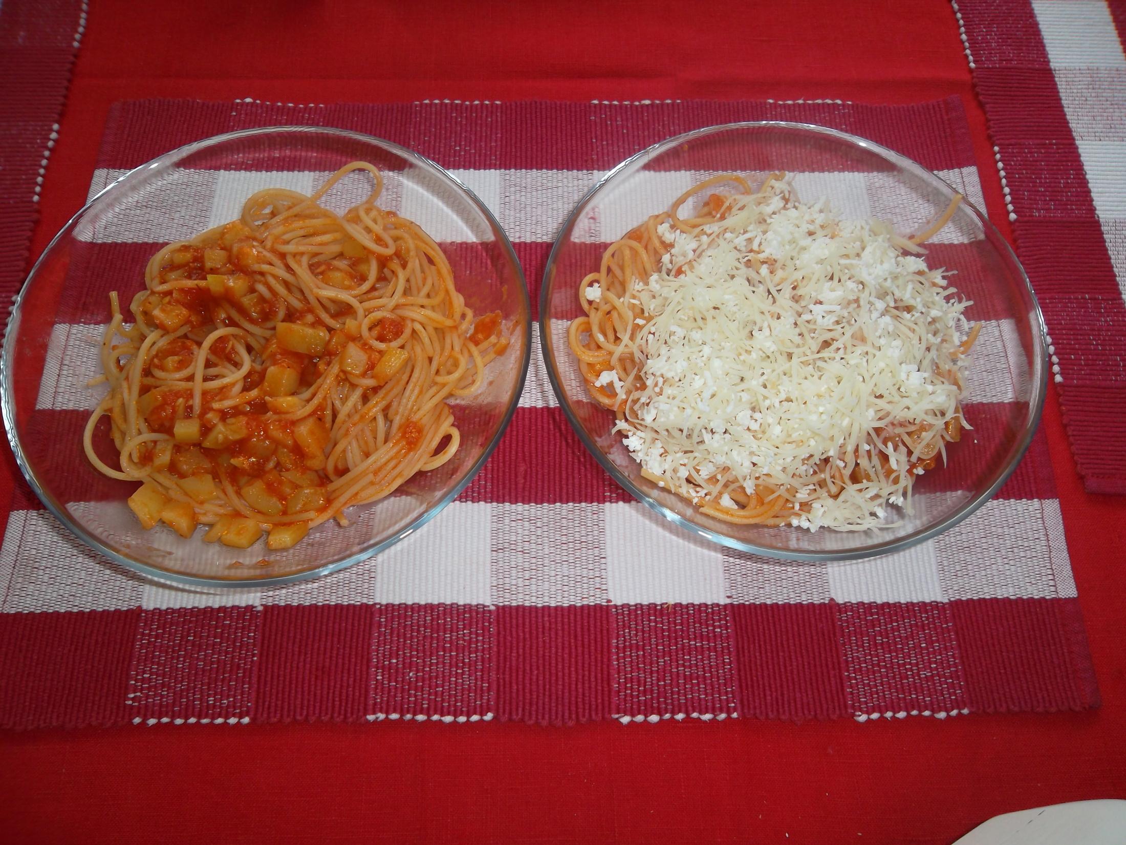 Omáčka na špagety s cuketou a rajčaty