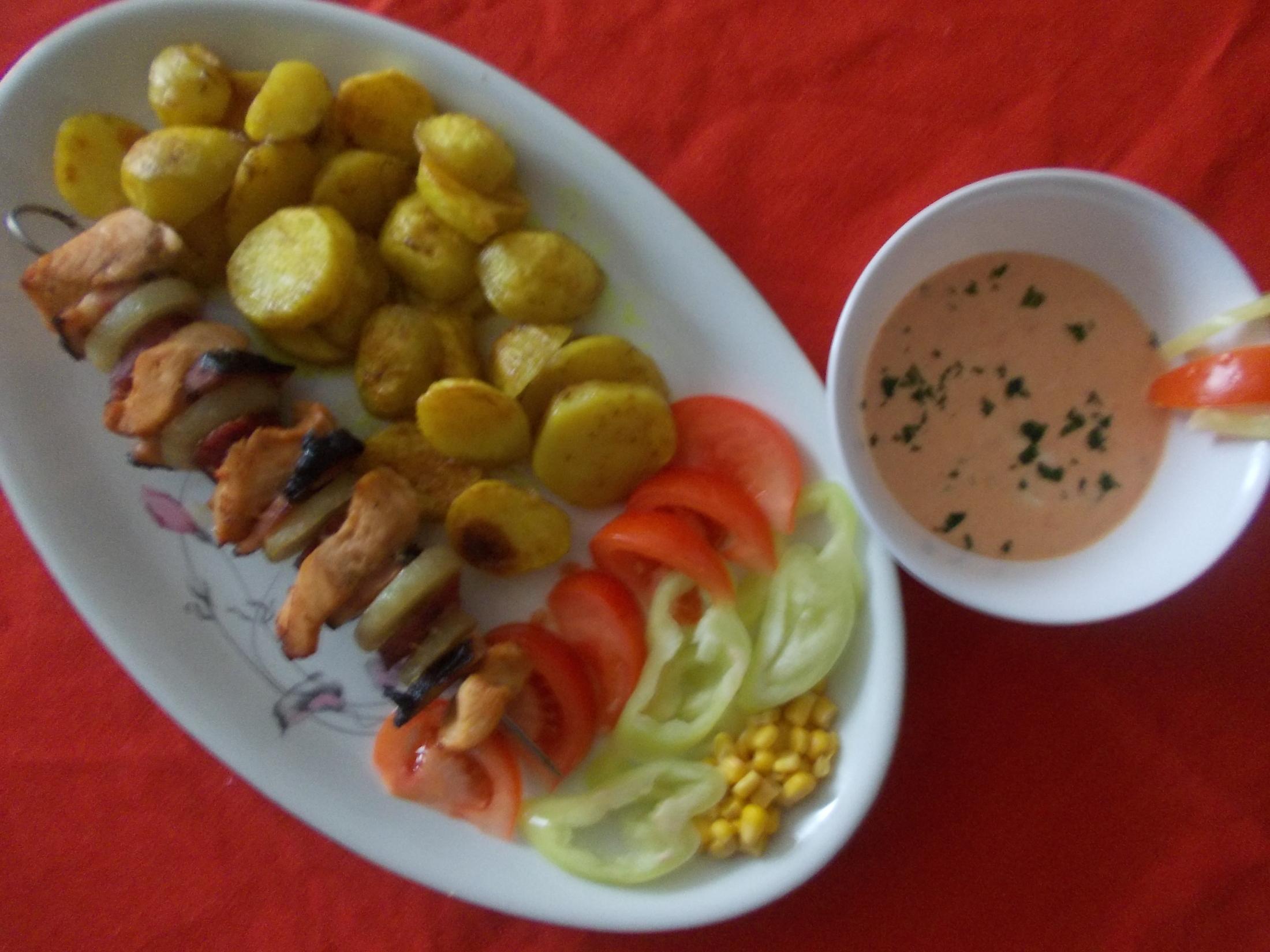 Fotografie receptu: Kuřecí ražniči s klobásou a pečenými bramborovými dukátky