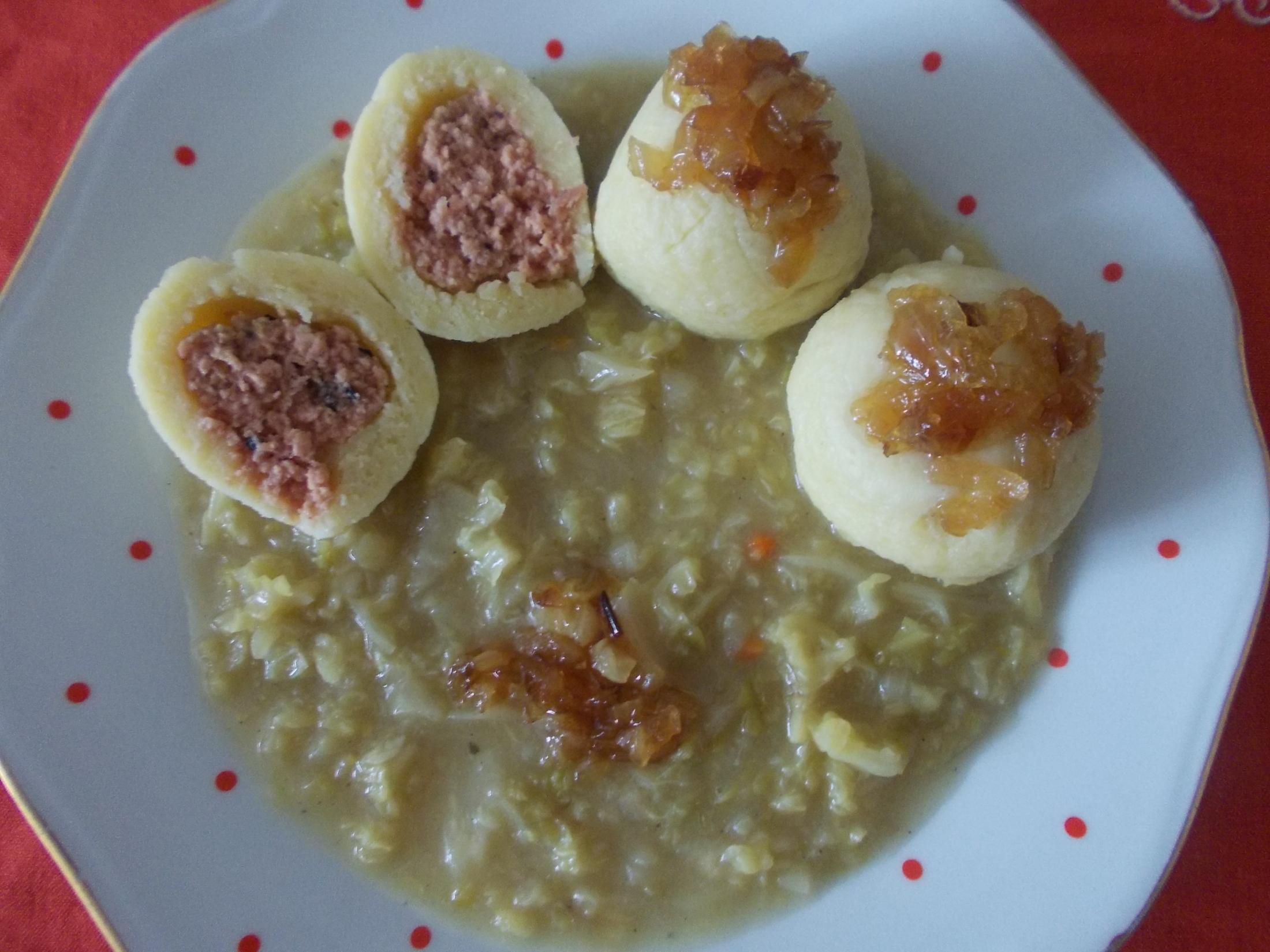 Plněné bramborové knedlíky s uzeninou a kapustou
