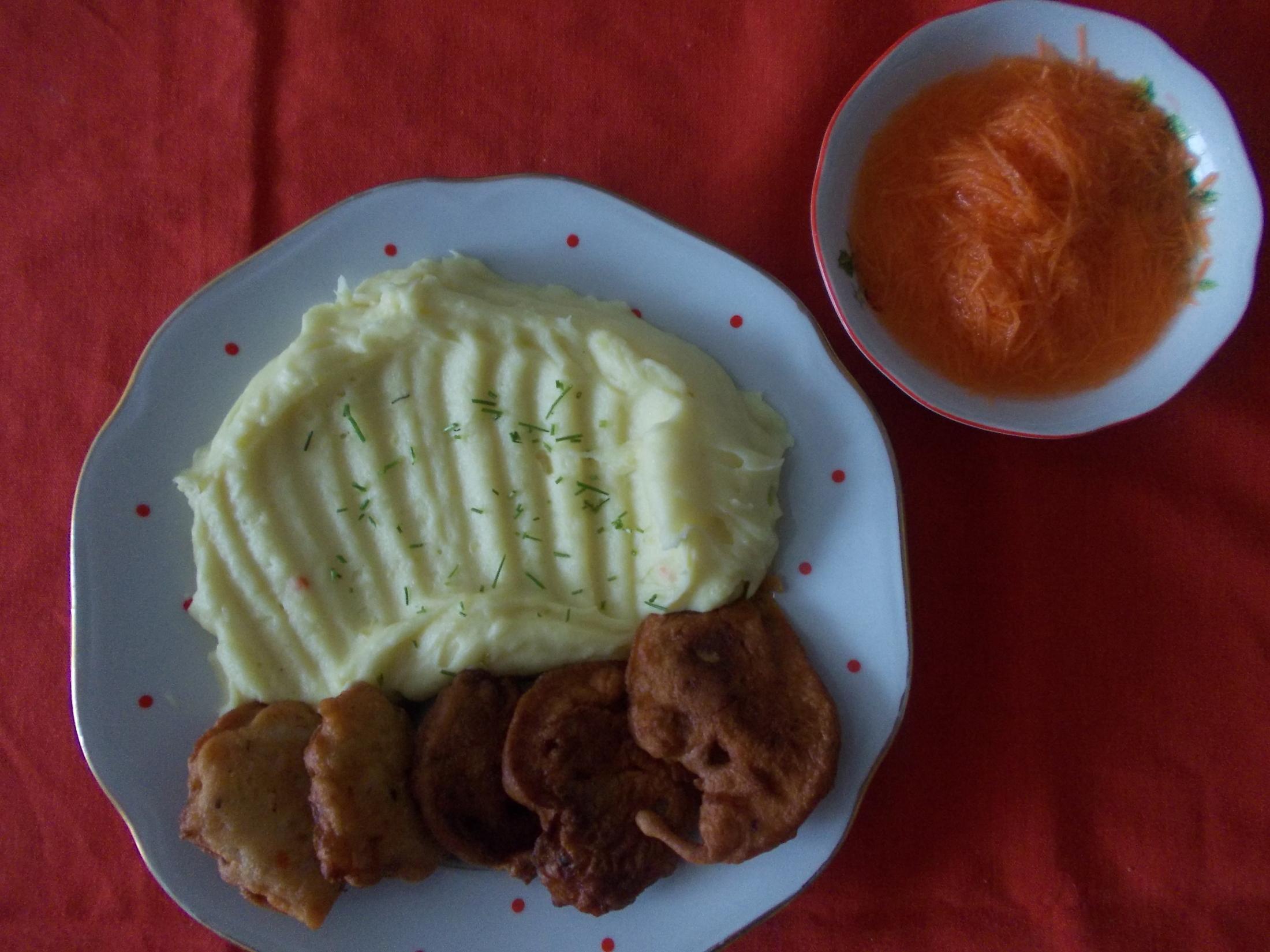 Kuřecí rarášci s bramborovou kaší a mrkvový salátek