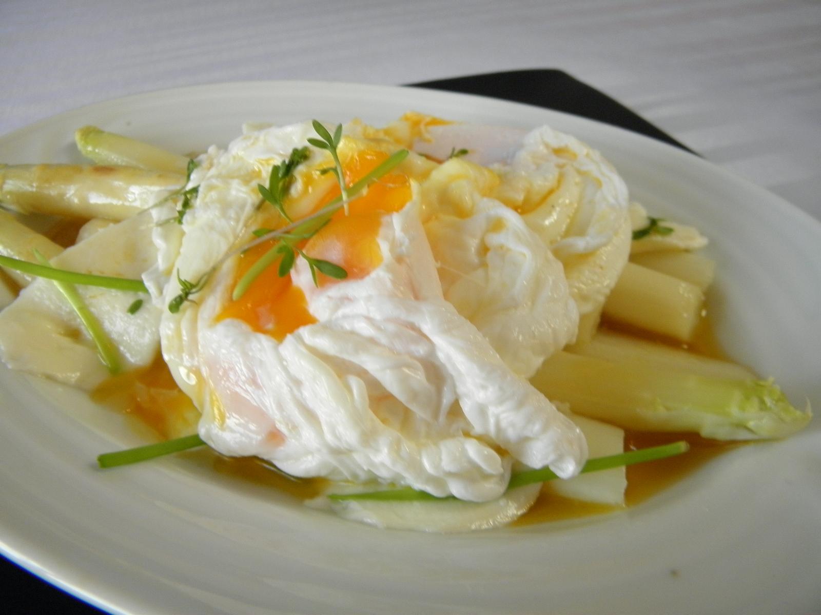 Chřest s pošírovaným vejcem