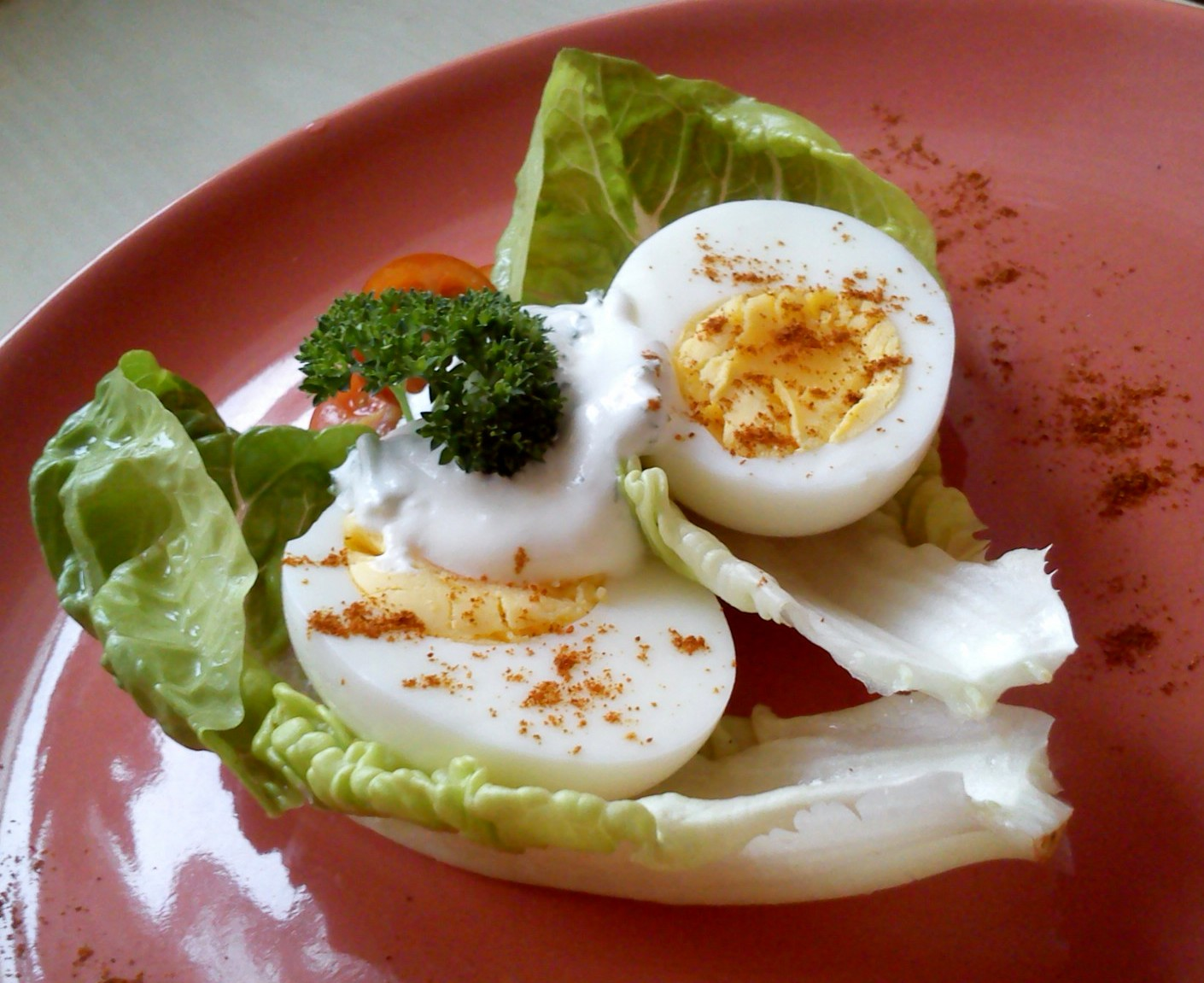 Vejce na salátu s petrželkovým dipem
